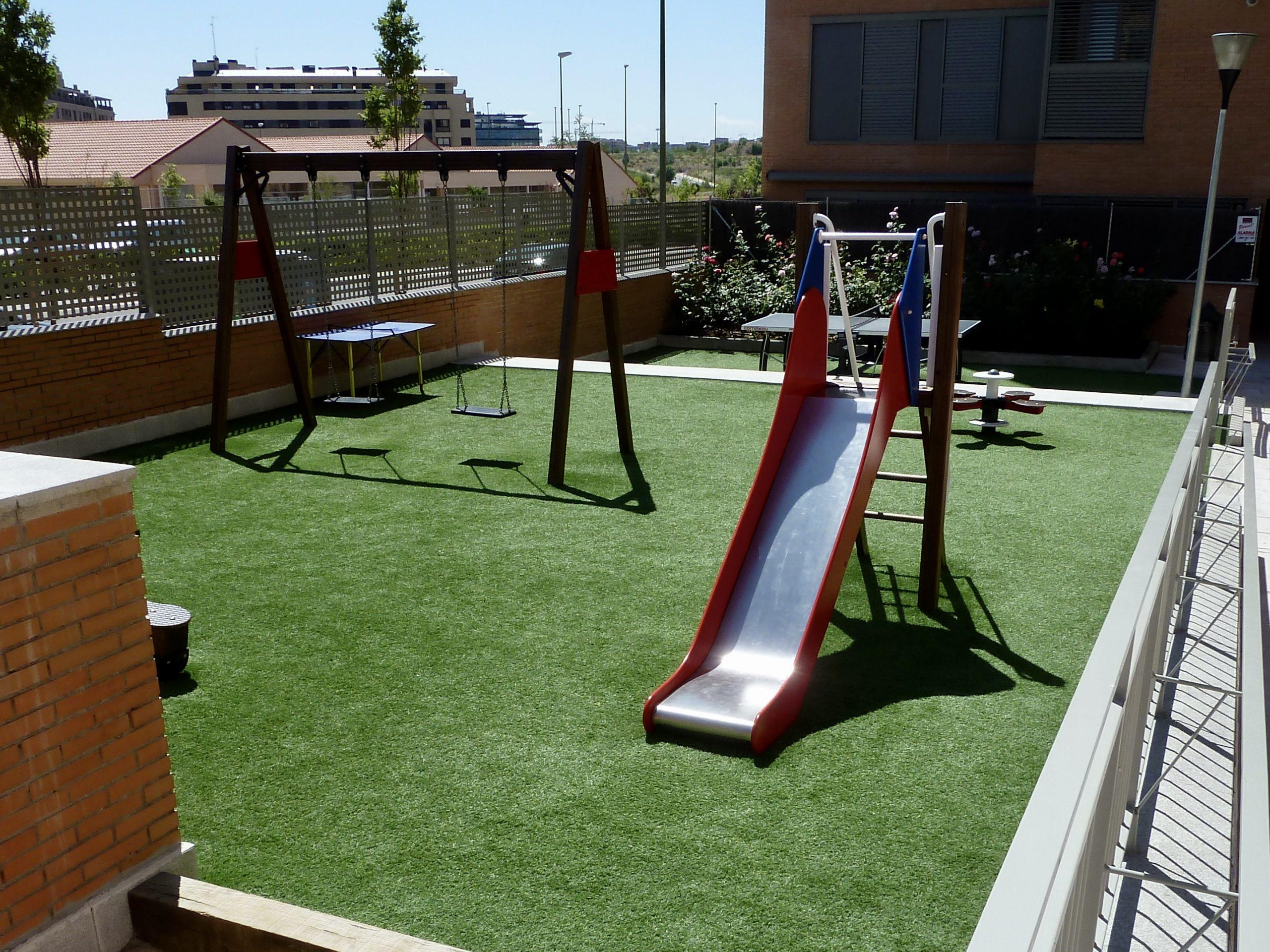 Parque Infantil con Césped Artificial en Madrid